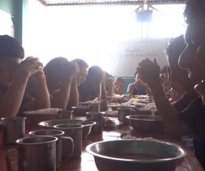fotos de jóvenes cenando en un centro de rehabilitación gratuito