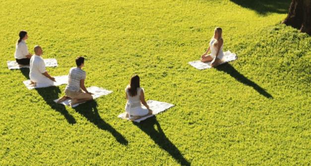 fotografía en Centro de Rehabilitación de alcoholismo haciendo yoga